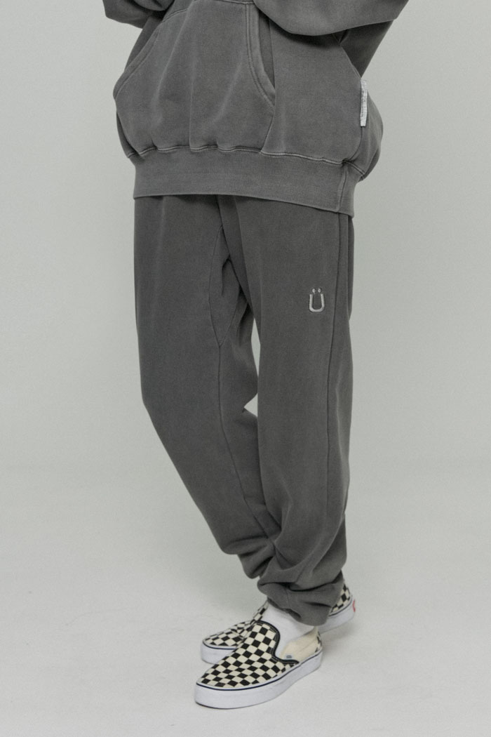 U LOGO PIGMENT SWEATPANTS[BLACK]